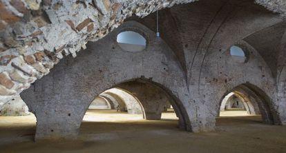 Arcadas en el interior de las Atarazanas, en Sevilla.