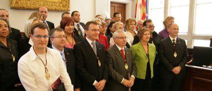 Foto de familia del equipo de gobierno de Reus y de la oposición en el anterior mandato. En primer plano, el exalcalde Lluis Miquel Pérez, tercero por derecha, junto a Carles Pellicer, actual primer edil y entonces jefe de la oposición.