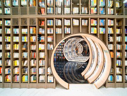 Entrar en la librería Zhongshuge, en Pekín (China), diseñada por Studio XL-Muse con suelos de espejo y una luz envolvente, es como adentarse en un túnel espacio temporal, como los libros que te proponemos para regalar esta Navidad. |
