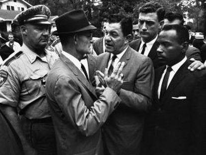 Joan Doar (segundo por la derecha) acompaña a Meredith en su intento de ingresar en la Universiad de Misisipi.