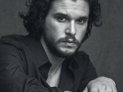 El actor lleva camisa de Dolce & Gabbana.