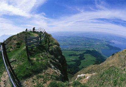 Vista desde la cima del monte Rigi en Suiza, hito del primer viaje organizado de la historia, en 1863.