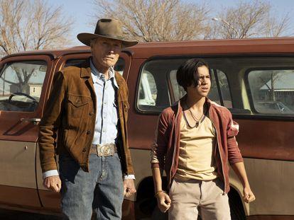 Clint Estwood (izquierda) y Eduardo Minett, durante una secuencia de la película 'Cry Macho'.