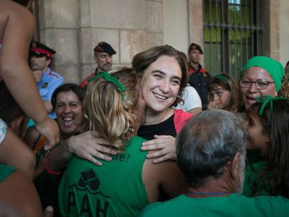 Colau se abraza con miembros de la PAH en las puertas del Parlament.