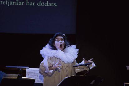 Patricia Kopatchinskaja, caracterizada como Pierrot durante la interpretación de 'Pierrot lunaire' de Arnold Schönberg.