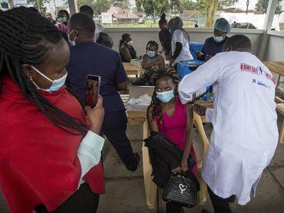Centro de vacunación en Kenia. / ROBERT BONET