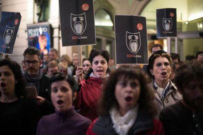 Trabajadores del Liceo cantando el coro 'Va pensiero' de 'Nabucco' como medida de protesta, en octubre.