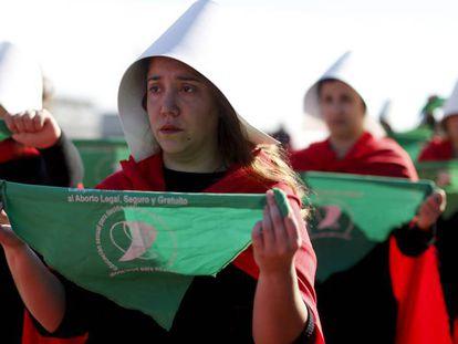 Argentinas disfrazadas de las protagonistas de 'El cuento de la criada', en una protesta a favor del aborto.