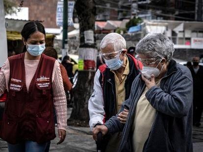 Dos adultos mayores acuden a un centro de vacunación el pasado 17 de febrero en Ciudad de México.
