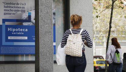 Un cartel con una oferta hipotecaria en una oficina bancaria en Madrid