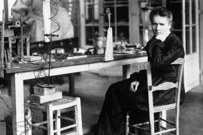 Marie Sklodowka Curie (1867 - 1934) en su laboratorio en 1900.