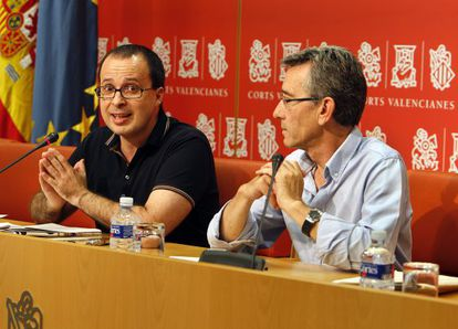 Los socialistas Julián López y Antonio Torres durante su comparecencia.