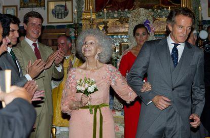 La duquesa de Alba, Cayetana Fitz-James Stuart, y Alfonso Díez Carabantes, tras contraer matrimonio en una ceremonia celebrada en la capilla del Palacio de Dueñas.