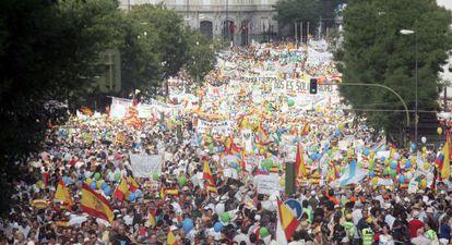 """Manifestación contra la legalización de matrimonio homosexual convocada por el Foro de la Familia el 18 de junio de 2005 bajo el lema """"La familia sí importa. Por el derecho a una madre y un padre. Por la libertad"""". Marcha que contó con el apoyo del Partido Popular y de la Conferencia Episcopal Española."""