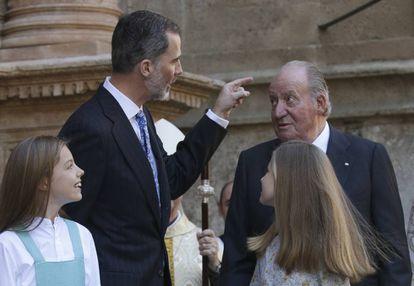Felipe VI, con su padre y sus hijas.