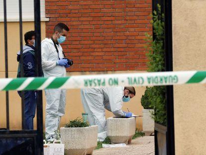 La policía científica recaba pruebas en el lugar donde un hombre de 69 años ha aparecido ahorcado en Doñinos (Salamanca) tras atacar a su pareja.