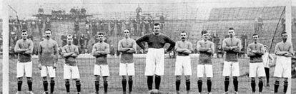 El equipo fundacional del Chelsea, con Foulkes en el medio.