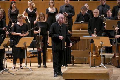 Philippe Herreweghe, aún con el brazo en cabestrillo, saluda con sus músicos al principio del concierto.