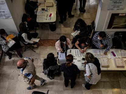 Electores acuden a votar a una casilla en la colonia Del Carmen en el centro de Coyoacán, en Ciudad de México, la mañana del 6 de Julio.