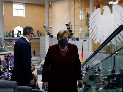 Angela Merkel abandona la tribuna tras la elección de la nueva presidenta del Bundestag.