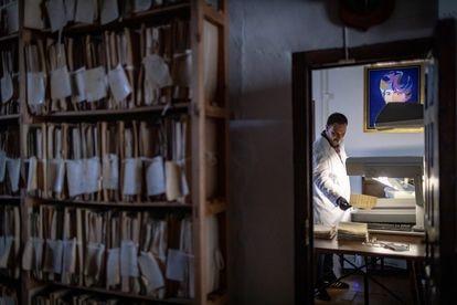 Un técnico de la Consejería de Cultura de Andalucía digitaliza un documento del archivo.