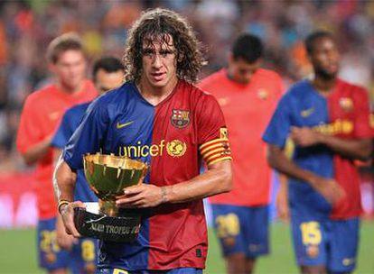 Puyol sostiene el trofeo Joan Gamper, tras la victoria del FC Barcelona ante el Boca Juniors argentino