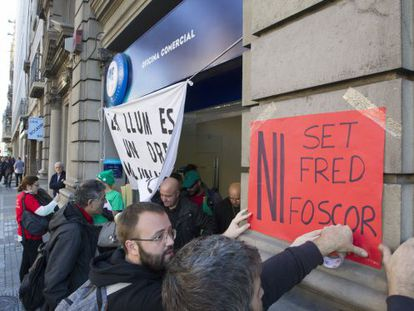 Protesta en Barcelona contra los cortes de servicios básicos.