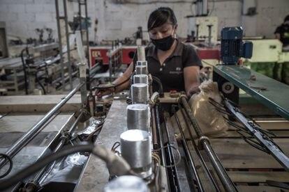 Un empleado trabaja en una fábrica en Toluca, México.