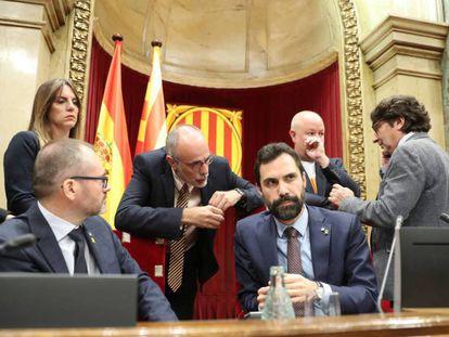 Roger Torrent (sentado, a la derecha), con otros miembros de la Mesa del Parlament y letrados. En vídeo, el secesionismo desafía al Constitucional.