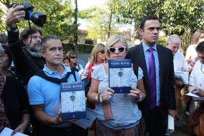 Consuelo Ordóñez, en el centro, junto a otros familiares de víctimas, el día que se celebró la Conferencia de Ayete, en octubre de 2011.