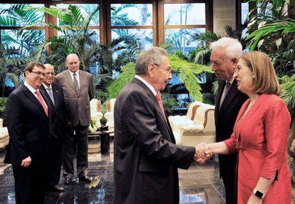 El presidente de Cuba Raúl Castro recibe a los ministros españoles José Manuel García Margallo y Ana Pastor en abril pasado.