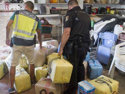 Agentes de la Udyco cargan fardos de hachís, en una imagen de archivo.