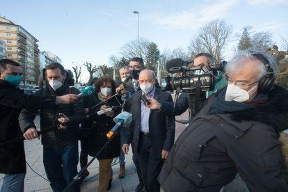 Los periodistas rodean al expresidente de la Confederación Hidrográfica Miño-Sil, Francisco Fernández Liñares, en Lugo antes de la primera sesión del juicio por cohecho.