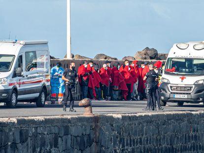 Un grupo de marroquíes aguarda en el puerto de Arrecife (Lanzarote) tras ser rescatados por Salvamento Marítimo el 15 de abril pasado.