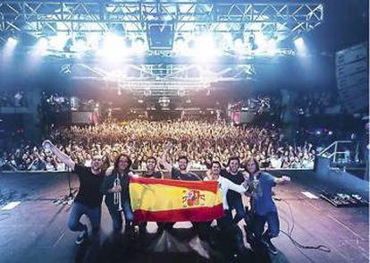 Foto de familia al final del concierto de Taburete en el barcelonés Razzmatazz en octubre de 2018 sosteniendo una rojigualda, tras lanzar varios vivas a España y llamar a Valtònyc pijo cagón.