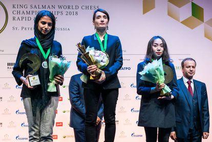 La iraní Sarasadat Khademalsharieh, a la izquierda, plata en relámpago, junto a la rusa Katerina Lagno (oro), la china Tingjie Lei (bronce) y el ruso Arkadi Dvorkóvich, presidente de la FIDE