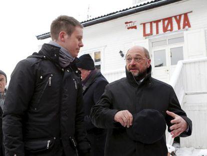 El presidente del Parlamento Europeo, Martin Schulz, visita la isla de Utoya un día después de recoger el Nobel de la Paz para la UE en Oslo.