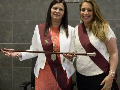 La nueva alcaldesa de Castelldefels, la socialista Carmen Miranda, junto a su predecesora, Candela López (Movem).