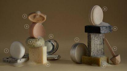 <b>1.</b>Jabonera y champú sólido H05, de Modesta Cassinello. La primera está fabricada con plástico 100% reciclado y el segundo está indicado para cualquier tipo de cabello. Recomiendan usarlo con el agua templada para que forme una buena cantidad de espuma. 11 y 16 euros en modestacassinello.com. <b>2.</b>Argán aceite facial sólido de Lush. Se desliza directamente sobre la piel o también puede calentarse con las manos. 14,95 euros en Lush.com <b>3.</b>Champú sólido Original Remedies, de Garnier. La versión con miel repara el pelo dañado, la de avena la prescriben en caso de sensibilización y la de coco y aloe vera es para los que tienen las raíces grasas. 4,95 euros en garnier.es. <b>4.</b>Gel de ducha biomarino de LoLo. Formulado con algas y lodos. 12 euros en lolobio.com. <b>5.</b>Teint de Neige perfume sólido, de Lorenzo Villoresi. Huele a talco y rosa. 105 euros en lirinon.com. <b>6.</b>Acondicionador vegano de Maminat. Hecho con cera vegetal, aguacate, azahar y canela. 12,95 euros en maminat.com. <b>7.</b>Desodorante bío Paseo por el Bosque, de Amapola Bio. El aceite de coco y el bicarbonato sódico son los encargados de neutralizar el olor. Desde 6,90 euros en amapolabio.com. <b>8y9.</b>Champús sólidos para pelo de normal a seco y graso de Banbu. Ambos se elaboran con aceite de coco, pero uno lleva manteca de karité y otro bardana, que es astringente. 8,25 euros cada uno en banbu.es. <b>10.</b>Jabón exfoliante de Boí Thermal. Se fabrica artesanalmente y lo recomiendan también para pieles sensibles. 5,20 euros en boithermal.com. <b>11.</b>Dentífrico de Lamazuna. Pasta de dientes sabor canela. Solo hay que frotar el cepillo con la piruleta y ya está listo para la limpieza. 8,50 euros en lamazuna.com <b>12.</b>Jabón artesano exfoliante de higo y trigo de La Chinata. Conviene controlar la presión al friccionarlo para que los huesos de aceituna triturados no dañen la piel y dejarlo actuar al menos durante un minuto antes de aclararlo. 3,90 euros en lachinata.es