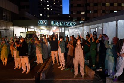 Aplauso de las ocho de la tarde en el hospital La Paz.