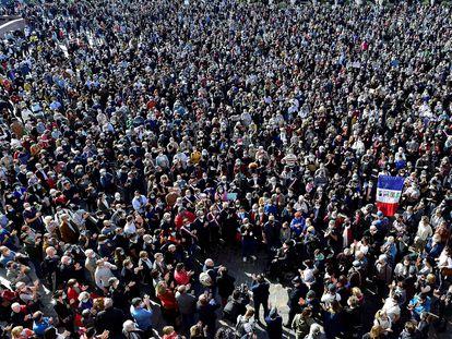 Miles de manifestantes se congregan en el centro de Toulouse este domingo para protestar por el ataque islamista que acabó el viernes con la vida del profesor Samuel Paty.