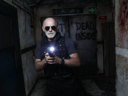 Juan Luis Menor, en el pasaje del terror de Madrid interpretando a un policía en 'The Walking Dead'.