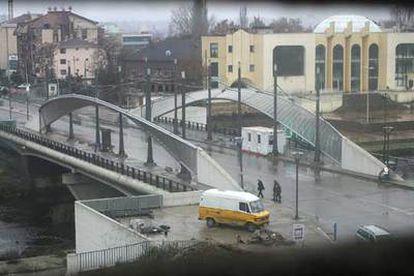 El puente que separa la comunidad serbia de la albanesa en el municipio kosovar de Mitrovica.
