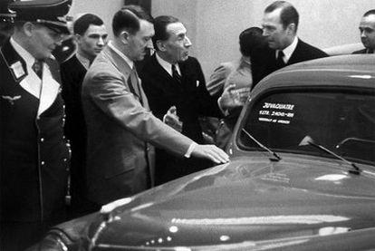Louis Renault muestra un modelo a Adolf Hitler durante la feria del automóvil de Berlín, en 1937.