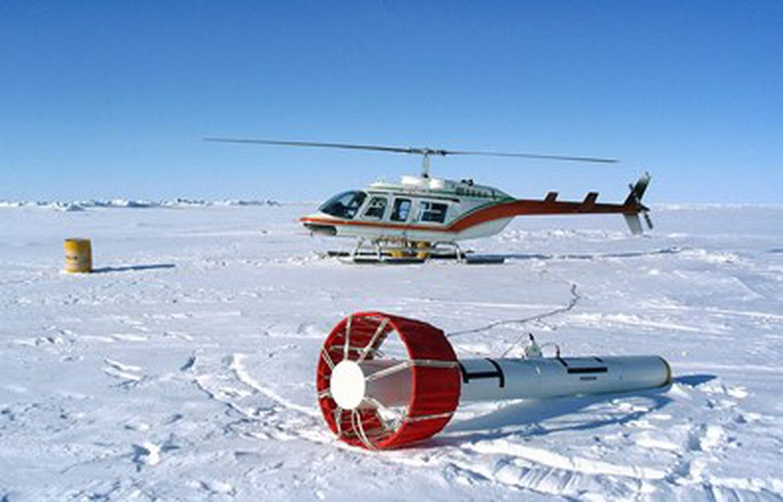 El sensor EM Bird es transportado por un helicóptero para medir el espesor del hielo.