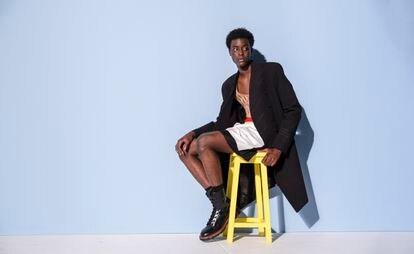 Modelo de la colección primaveraverano 2021 de Dior Men, en la que su director artístico, Kim Jones, ha colaborado con el artista Amoako Boafo.