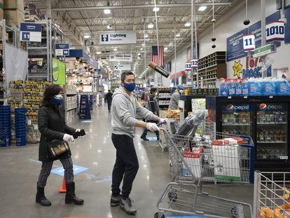 Dos personas hacen cola para comprar en una tienda de Nueva York, Estados Unidos, el pasado 3 de abril.