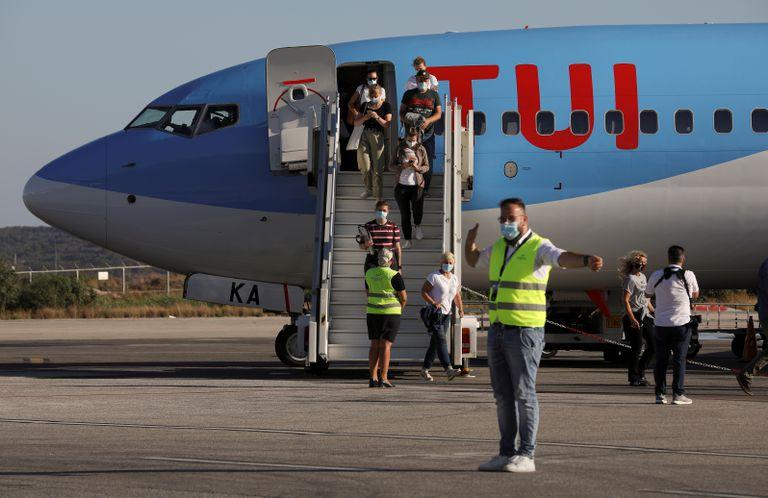 Turistas residentes en Alemania llegan a la isla de Kos, en Grecia, en un vuelo de TUI el 29 de junio.