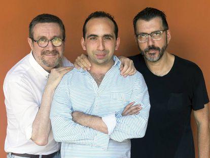 Los escritores Luisgé Martín, Giuseppe Caputo y Alberto Fuguet, retratados durante el Hay Festival de Cartagena.