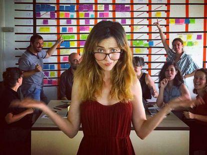 Leticia Dolera con parte del equipo que prepara la serie.